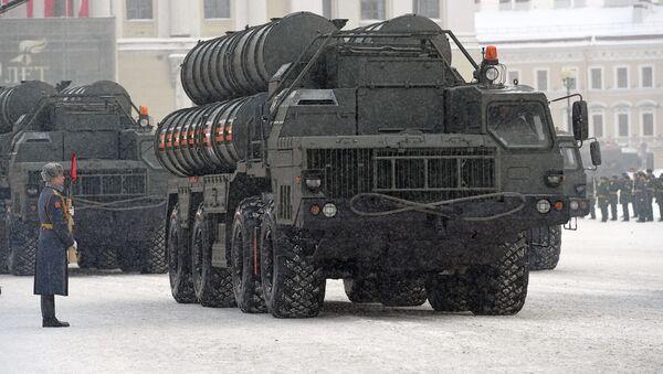 Protiletadlový raketový systém S-400 na přehlídce na počest 75. výročí zrušení blokády Leningradu - Sputnik Česká republika