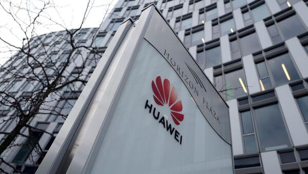 Лого китайской компании  Huawei на фоне офисного здания в Варшаве - Sputnik Česká republika