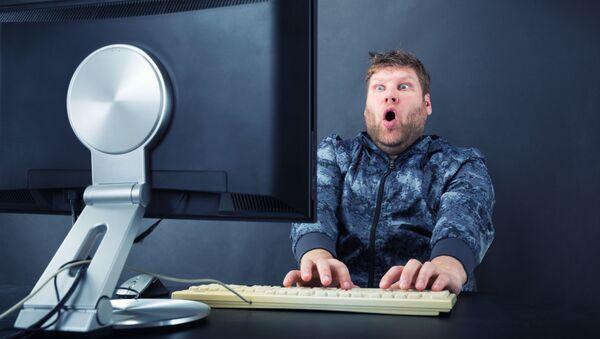 Muž před počítačem - Sputnik Česká republika