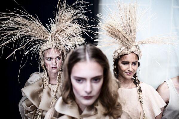 Modelky se chystají vyjít na pódium během Týdne módy v Kodani - Sputnik Česká republika