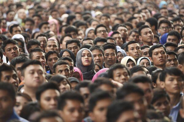 Stovky nezaměstnaných na stadióně Bung Karno v Jakartě - Sputnik Česká republika