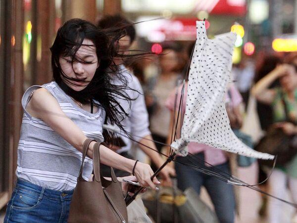 """Dívka se snaží otevřít deštník během tajfunu """"Soudelor"""" na ostrově Taiwan - Sputnik Česká republika"""