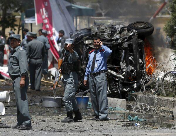 Policisté na místě výbuchu automobilu u letiště v Kabulu v Afganistánu - Sputnik Česká republika