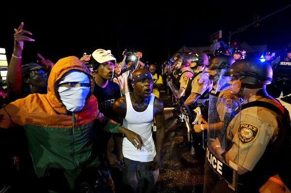 Protestující dav ve městě Ferguson - Sputnik Česká republika