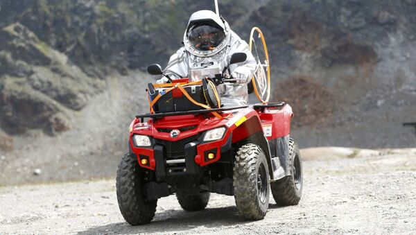 Účastník imitace mise na Mars jede na motokáře v Rakousku - Sputnik Česká republika