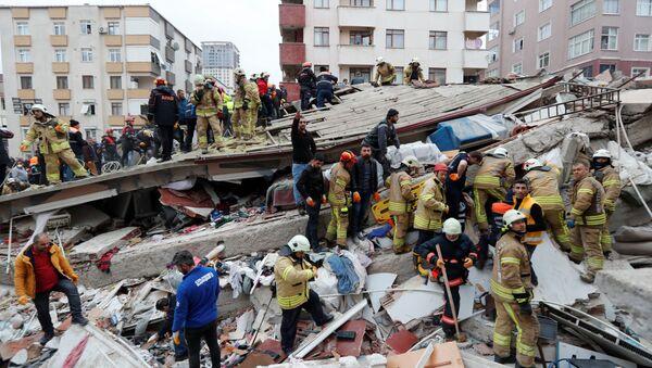 Záchranáři na místě zříceného domu v Istanbulu - Sputnik Česká republika