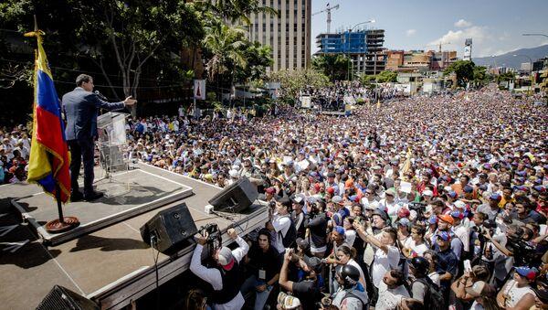 Předseda venezuelského parlamentu a lídr opozice Juan Guiadó se prohlásil za dočasného prezidenta země na mítinku v Caracasu - Sputnik Česká republika