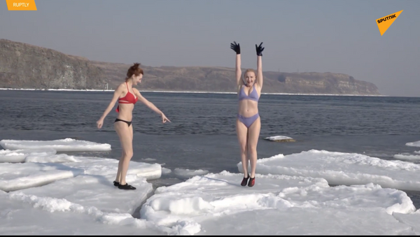 Dvě atraktivní ženy vyzvaly přírodu a vykoupaly se v ledovém moři - Sputnik Česká republika