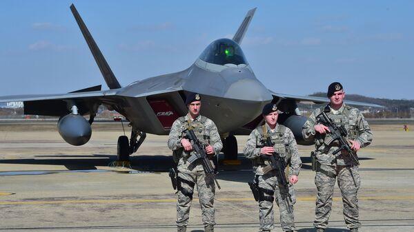 Američtí vojáci na pozadí stíhačky F-22 - Sputnik Česká republika