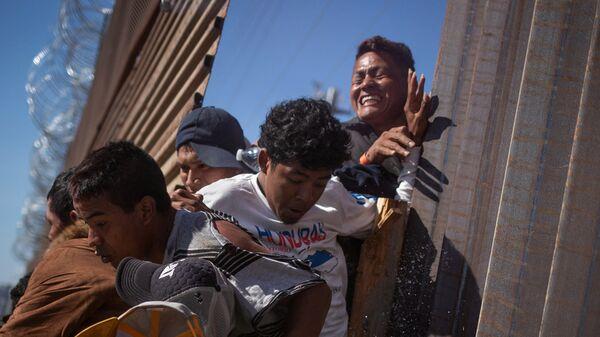 Мексиканцы пытаются прорваться через границу с США - Sputnik Česká republika