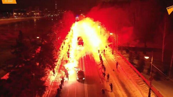 Koukněte se na skutečnou ohnivou show: Fanoušci Zenitu uspořádali pro tým ohnivé setkání - Sputnik Česká republika