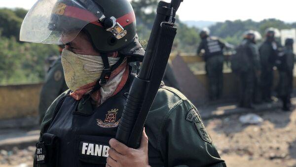Venezuelská garda na hranici mezi Kolumbií a Venezuelou. Opozice se snaží přejí uzavřený most - Sputnik Česká republika