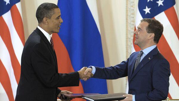 Tehdejší prezidenti USA a RF Barack Obama a Dmitrij Medveděv při podepsání smlouvy START III v Praze na Pražském hradě - Sputnik Česká republika