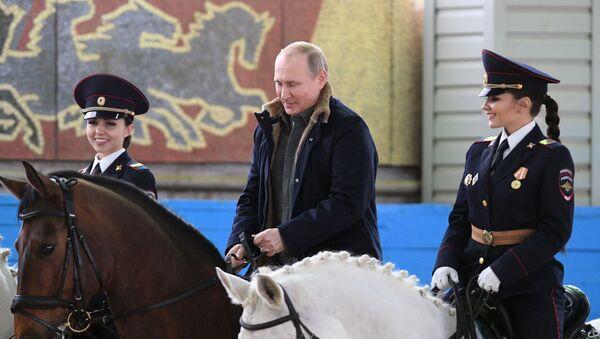 Vladimir Putin během navštěvy 1. operačního pluku moskevské policie - Sputnik Česká republika