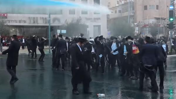 Protestující ultraortodoxní Židé tančili pod vodními děly - Sputnik Česká republika
