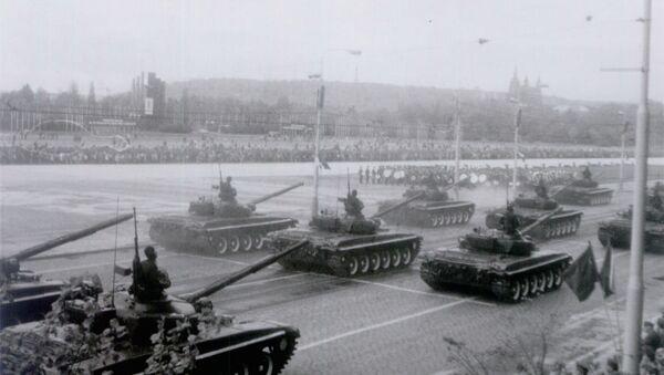 Tanky Československé lidové armády při přehlídce na počest Dne vítězství v roce 1985 - Sputnik Česká republika