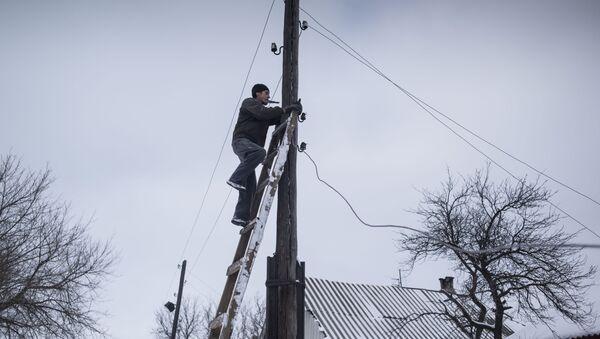 Muž opravuje sloup. Ilustrační foto - Sputnik Česká republika
