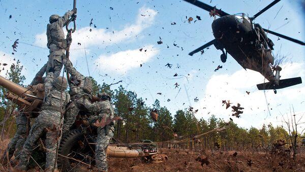 Američtí vojáci a vrtulník UH-60 Black Hawk  - Sputnik Česká republika