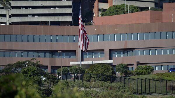 Americká vlajka vedle budovy amerického velvyslanectví v Caracasu - Sputnik Česká republika