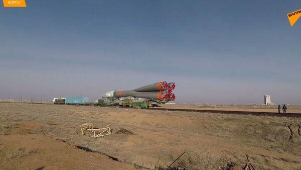Sojuz MS-12 zaujímá startovní polohu na kosmodromu Bajkonur - Sputnik Česká republika