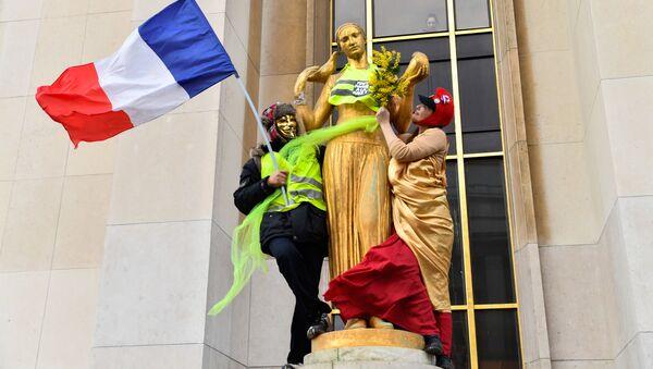 Участники акции протеста желтых жилетов в Париже - Sputnik Česká republika