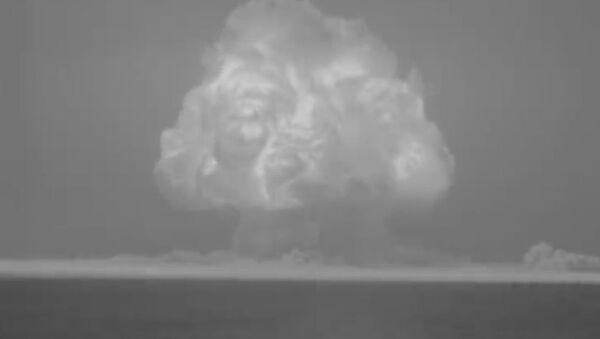 Neuvěřitelné záběry: První výbuch atomové bomby ukázali na obnovených záběrech  - Sputnik Česká republika