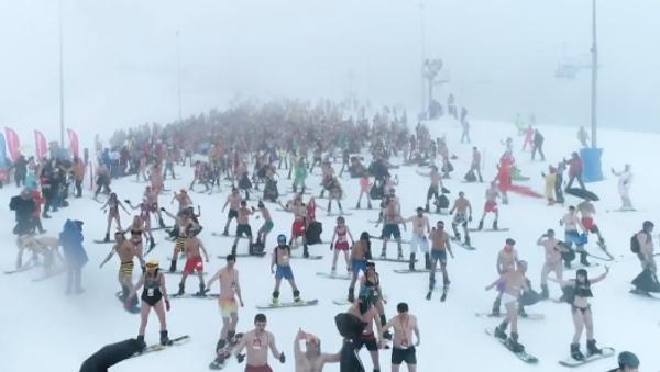 Na lyžích a v plavkách: Žhavý sjezdový festival v Soči (VIDEO) - Sputnik Česká republika