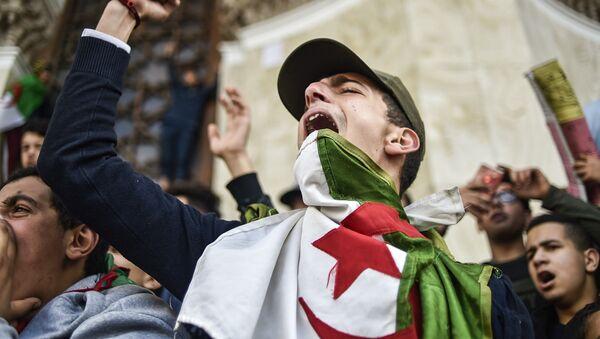 Protesty studentů proti Abdelazízovi Buteflikovi - Sputnik Česká republika