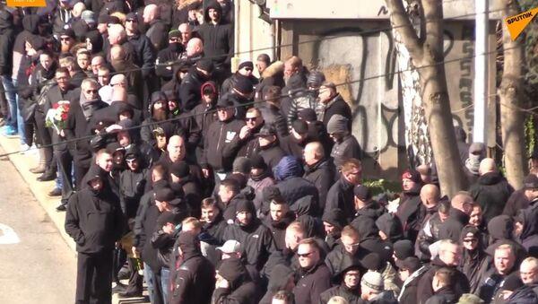 Pod dohledem policie: V Německu 800 chuligánů navštívilo pohřeb neonacisty (VIDEO) - Sputnik Česká republika