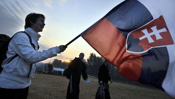 Muž se slovenskou vlajkou v Praze - Sputnik Česká republika