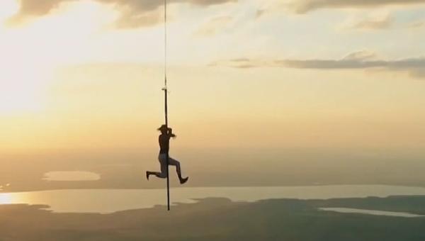 Nejnebezpečnější trik v nebi. Rus tancoval na tyči v nadmořské výšce 1500 metrů (VIDEO) - Sputnik Česká republika