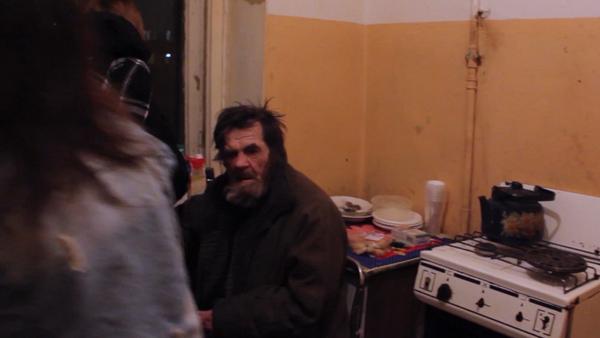 Dojemný čin. Dobrovolníci přišli na pomoc zbitému starému důchodci (VIDEO) - Sputnik Česká republika