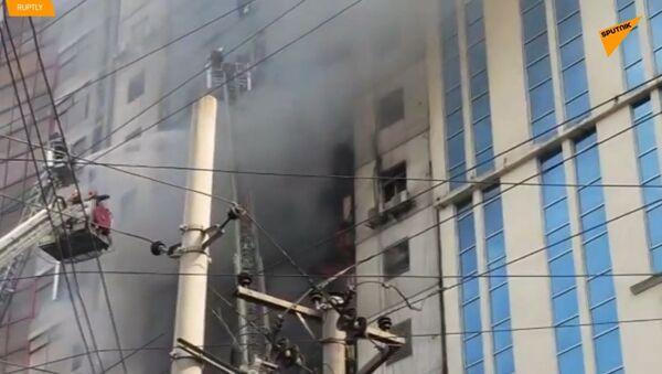 Strašný požár ve výškové budově v Bangladéši: 16 lidí zemřelo, 70 zraněno - Sputnik Česká republika