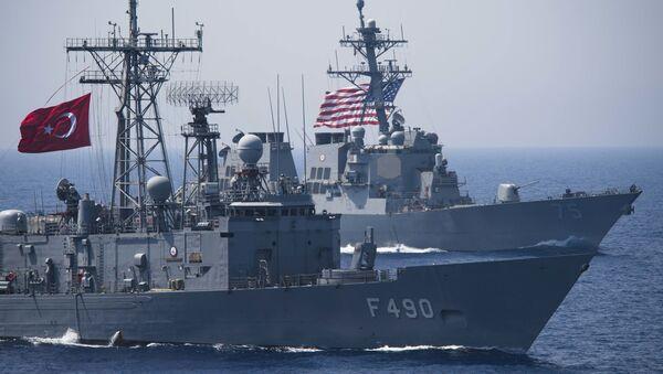 Turecká fregata TCG Gaziantep (F-490) a americký raketový torpédoborec USS Donald Cook (DDG 75) během cvičení - Sputnik Česká republika