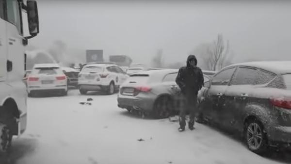 Padesát aut se srazilo ve Španělsku kvůli sněžení. 36 lidí bylo zraněno - Sputnik Česká republika