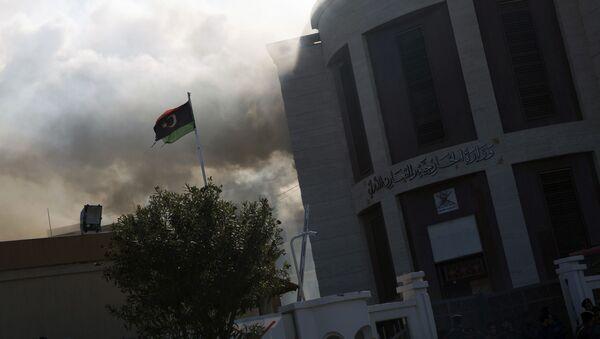 Kouř vedle budovy ministerstva zahraničí v Tripolisu - Sputnik Česká republika