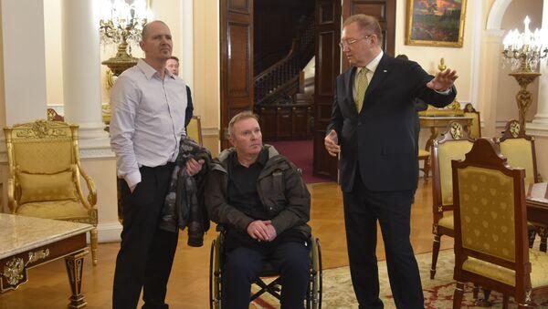 Brit Charlie Rowley s ruským velvyslancem v Londýně Alexandrem Jakovenkem - Sputnik Česká republika
