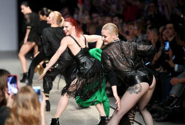 Modelky předvádějí oblečení z nové kolekce módní návrhářky Julii Dalakjan na Týdnu módy Mercedes-Benz Fashion v Rusku - Sputnik Česká republika