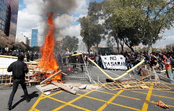 Hořící barikáda na demonstraci za nezávislost Katalánska v Barceloně, Španělsko - Sputnik Česká republika