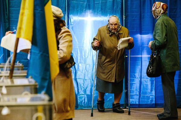 Obyvatelé Charkova v jedné z volebních místností ve městě během hlasování v prezidentských volbách na Ukrajině - Sputnik Česká republika