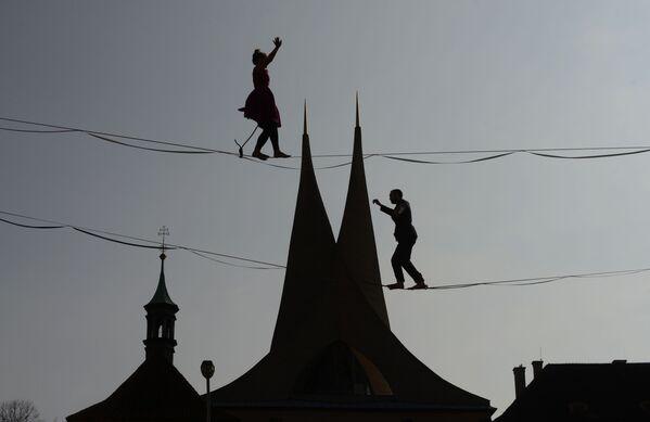 Lidé chodící po laně před Emauzským klášterem v Praze, Česká republika - Sputnik Česká republika