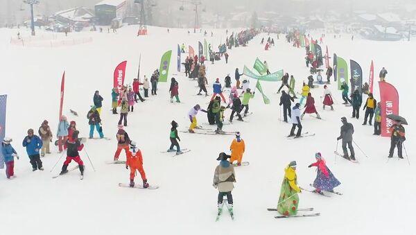 Sjezdy v plavkách a karnevalových kostýmech v ruském lyžařském středisku  - Sputnik Česká republika