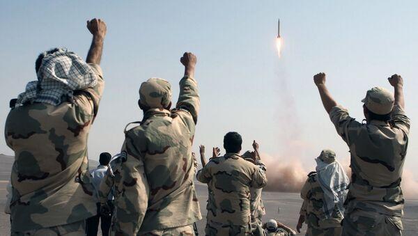 Členové Íránských revolučních gard se radují z úspěšného startu rakety, Írán - Sputnik Česká republika