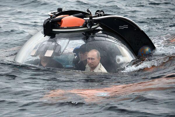 18. srpna 2015. Ruský prezident Vladimir Putin (vpravo) se potápí v batyskafu k potopené starověké lodi ležící v oblasti Sevastopolu v hloubce 83 metrů - Sputnik Česká republika