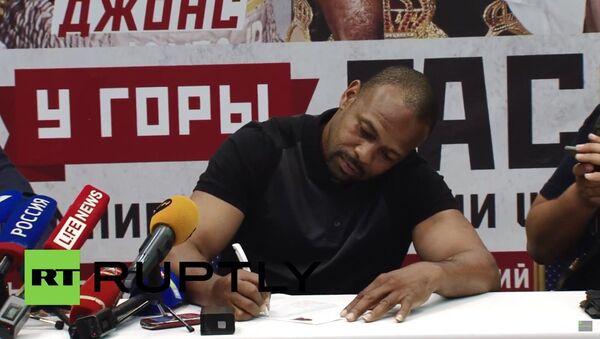 Americký boxer Jones podepisuje žádost o vydání ruského pasu - Sputnik Česká republika