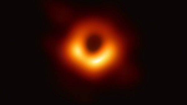 První snímek černé díry v galaxii M87 pořízený pomocí teleskopu Event Horizon Telescope - Sputnik Česká republika