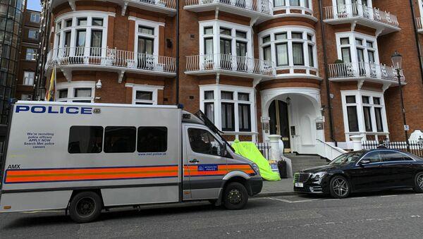 Policejní auto u velvyslanectví Ekvádoru v Londýně, kde byl zadržen Julian Assange - Sputnik Česká republika