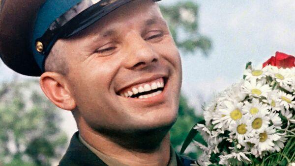 Letec a kosmonaut Jurij Gagarin s kyticí heřmánků - Sputnik Česká republika
