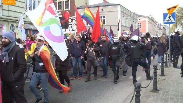 Homosexualové neprojdou! V Polsku Anti-LGBT skupiny brání prvnímu pochodu  - Sputnik Česká republika