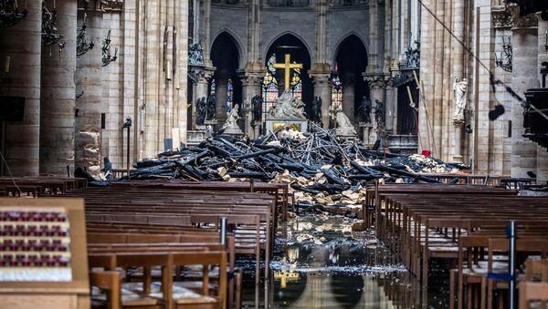 Následky požáru katedrály Notre-Dame v Paříži  - Sputnik Česká republika